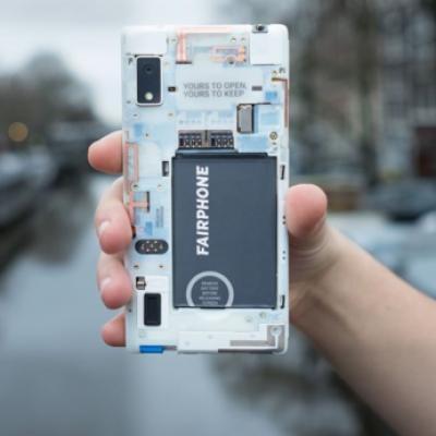 Le Fairphone était déjà équitable et réparable. Désormais il peut être 100% open source. Et éviter ainsi la surveillance publicitaire des GAFAM. (Crédit : Fairphone)