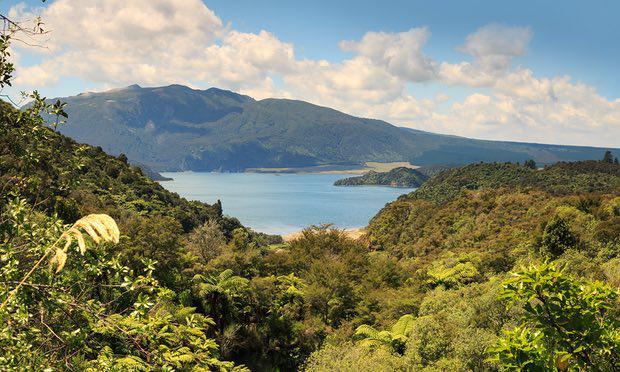 Le mont Tarawera et le lac Rotomahana, dans le centre de l'île du nord de la Nouvelle-Zélande,. Photograph: Jon Lovette/Getty Images