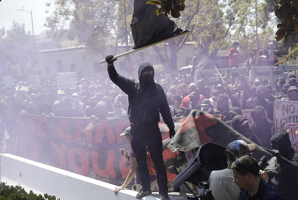 En Californie, aux Etats-Unis, black bloc chasse des néo-nazis du BerkeleyPark.