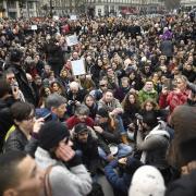 Les franc ais dans la rue pour de noncer la corruption des e lus