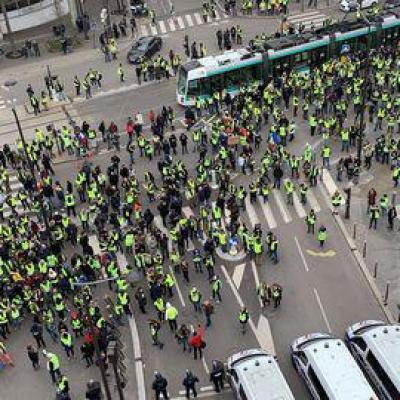 Les premiers manifestants sont arrives en fin de matinee pres de la station de metro balard a paris 6140734