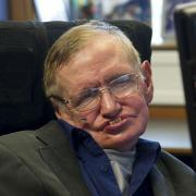 Portrait de l astrophysicien britannique stephen hawking a son bureau de l universite de cambridge diffuse par la vice presidence de l equateur le 30 aout 2012 4045641